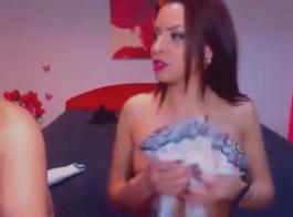 امرأة سمراء غريب حصلت على مؤخرتها اصابع الاتهام، بينما كانت تواجه دش بارد مع صديقها.