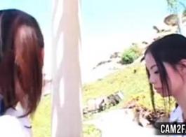 تحصل الفتاة الآسيوية مع ثديها الرحمة أمام شريكها.