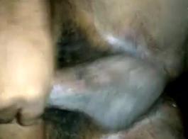 الرجل الساخن هو كومينغ على وجه صديقته، بينما إغاظة بوسها، في نفس الوقت.